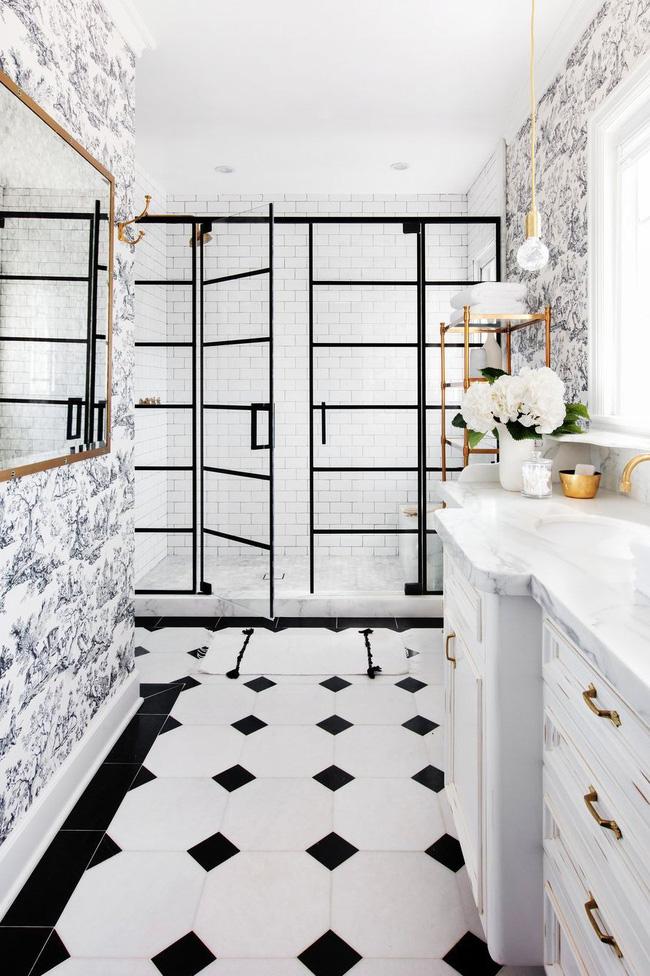 Trong không gian cổ điển này được thiết kế bởi Studio Lifestyle, nhà vệ sinh truyền thống tạo cảm giác huyền ảo trước vòi hoa sen nổi bật và hiện đại