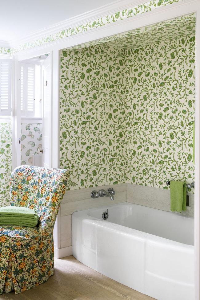 Phòng tắm được thiết kế bởi Kathryn M. Ireland. Cô làm tươi mới không gian bằng cách bọc những bức tường trong hình nền Greta của mình.