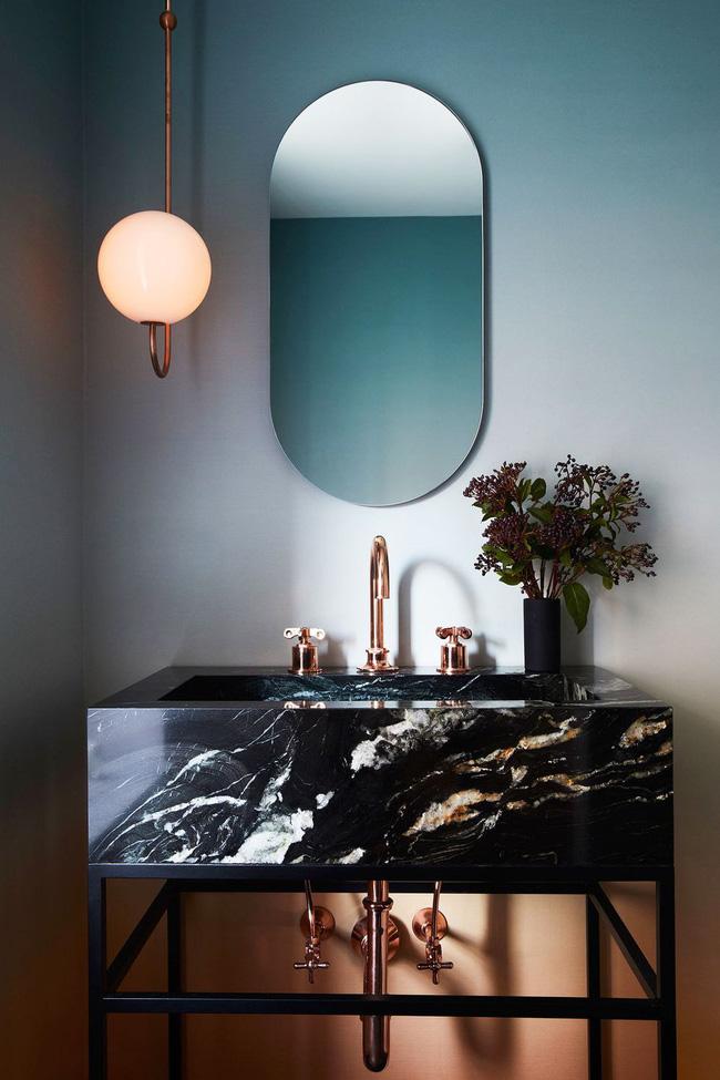 Được thiết kế bởi Space Explective Design, phòng tắm đem lại sự thiết lập tâm trạng trong từng đường nét về hình dạng, vật liệu và màu sắc. Thiết kế ombre của hình nền từ bộ sưu tập Aurora của Calico được lấy cảm hứng từ bầu trời hoàng hôn.