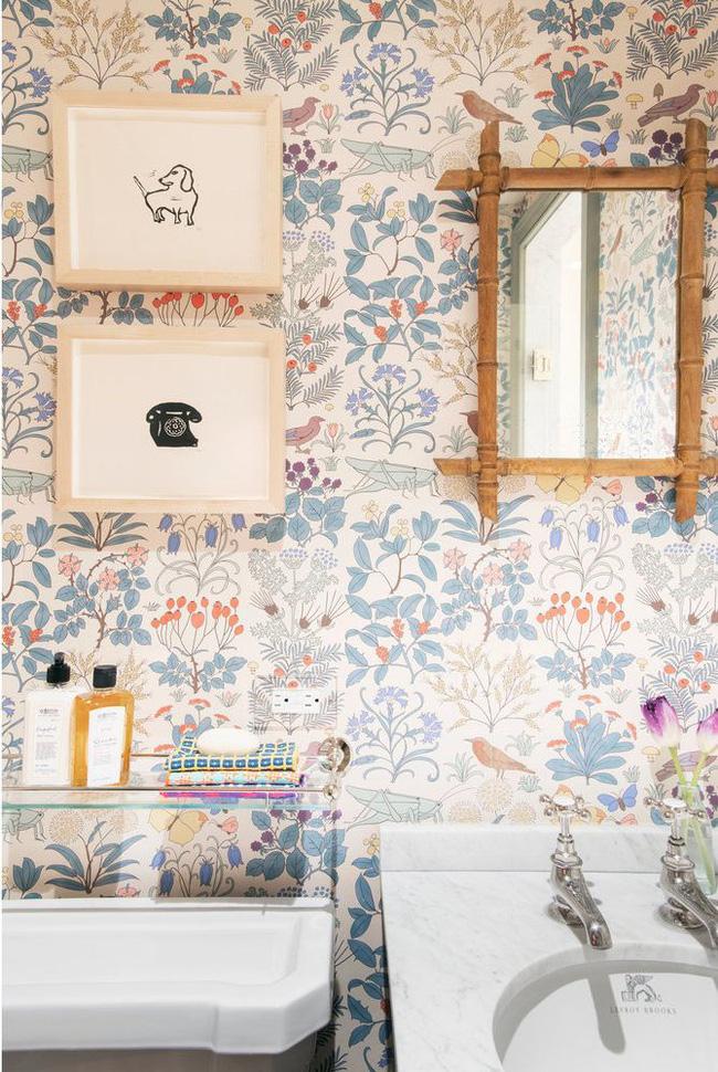 Hình nền tạo nét tinh nghịch, lạc quan và ngọt ngào trong phòng tắm nhỏ của Elizabeth Roberts Architecture & Design