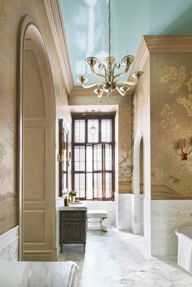"""Nhà thiết kế Eddie Lee muốn phòng tắm này là """"sự pha trộn giữa nét quyến rũ của Anh và sự tươi tốt của người Á Đông"""". Vì vậy, anh đã phủ kín các bức tường với hình nền Gracie chinoiserie."""