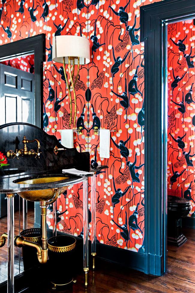 Được thiết kế bởi Celerie Kemble, phòng tắm được bao phủ hình nền với sắc màu rực rỡ và hoa văn thực vật, hình nền in hình khỉ của de Gournay làm sinh động toàn bộ không gian.