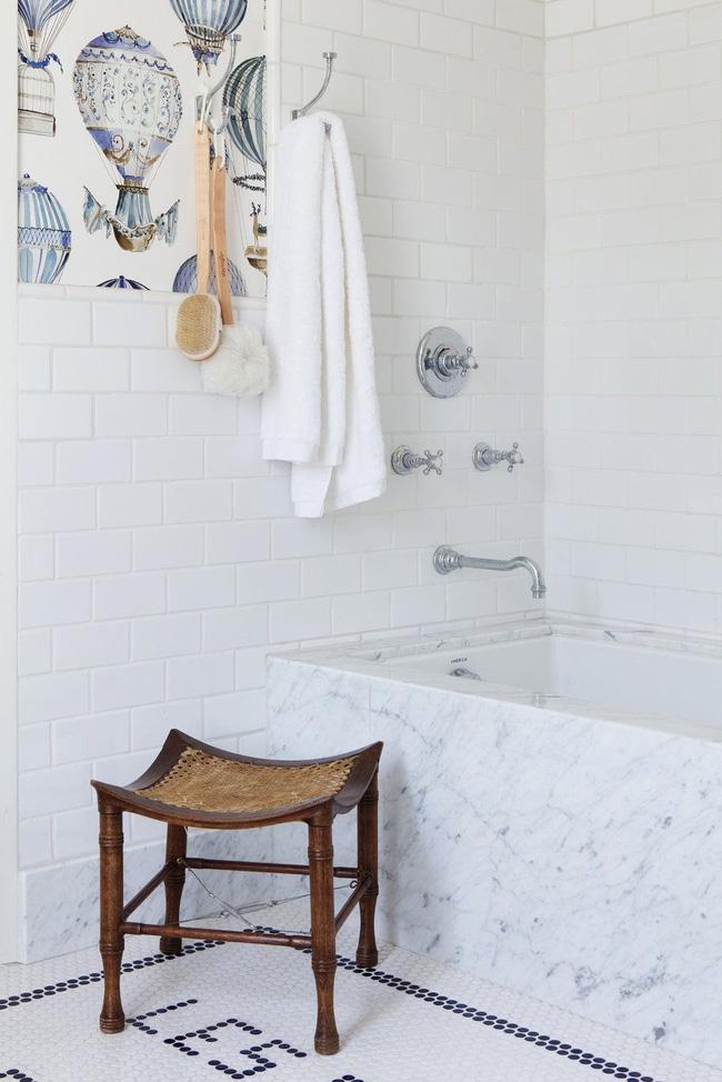 Giấy dán tường độc đáo trong phòng tắm được thiết kế bởi Studio Lifestyle chống nước và độ ẩm tốt hơn hẳn