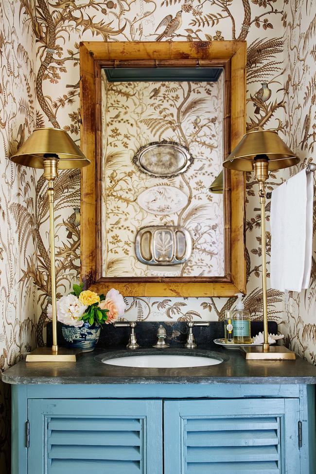 Được thiết kế bởi James Farmer, phòng tắm với hình nền độc đáo kể hết cả một câu chuyện về ngôi nhà cùng chủ sở hữu của nó