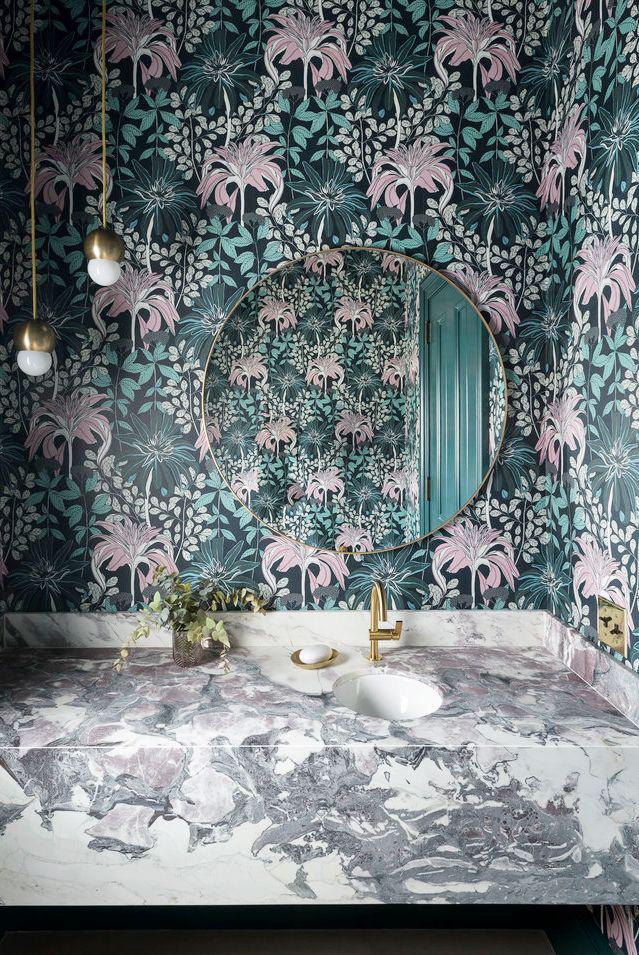 Những vòng xoáy màu xám, tím, hồng và trắng ngay lập tức thu hút sự chú ý của bạn trong phòng tắm
