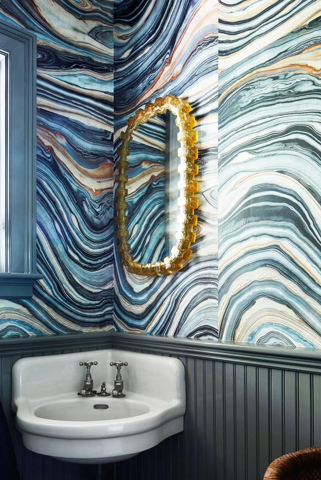 Đây là bằng chứng bạn không cần phải làm lại hoàn toàn phòng tắm để làm cho nó cảm thấy tươi mới. Nhà thiết kế Nina Farmer đã làm cho bồn rửa mặt retro cảm thấy mới mẻ một lần nữa bằng cách thêm một hình nền hiệu ứng đá cẩm thạch Robert Crowder & Co tuyệt đẹp