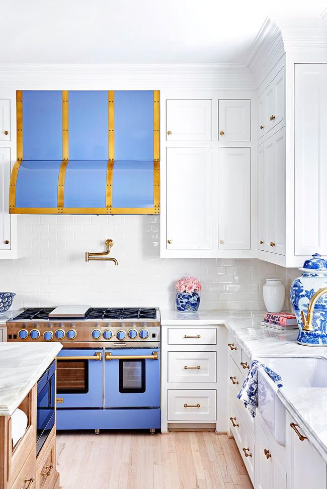 Một nhà bếp hào nhoáng nhờ lát gạch trang trí glitzier. Nhà thiết kế nội thất Caitlin Wilson đã chọn cho mình một lớp sơn bóng, hoàn hảo với mặt bàn bằng đá tự nhiên nguyên sơ.