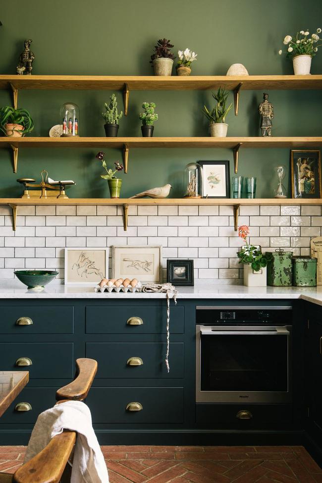 Trong không gian này được thiết kế bởi nhà bếp deVol, các tủ bếp thấp màu xanh ngọc trở nên sâu thăm thẳm. Giữa chúng, gạch trang trí có cảm giác như một sự bổ sung tự nhiên, nhờ vào đường vân vữa màu xanh đậm thay vì màu trắng cổ điển