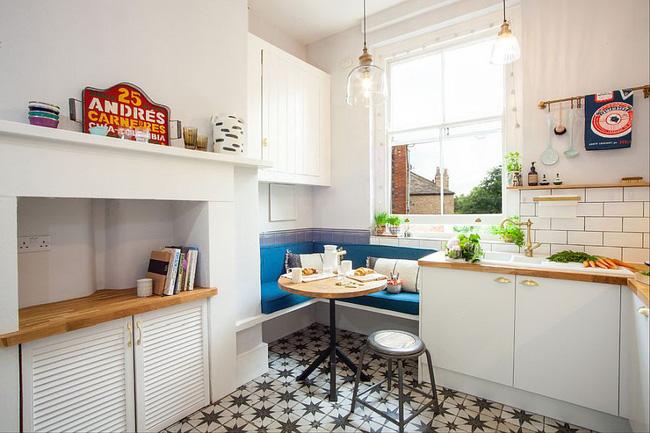 Bàn ăn siêu nhỏ trong góc nhà bếp dùng làm khu vực ăn sáng cho cặp đôi