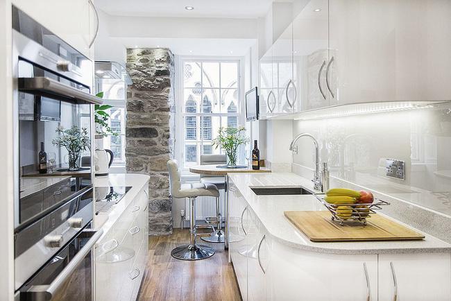 Bức tường đá Accent ngay cạnh khu vực ăn sáng và thiết kế không gian đảm bảo nhà bếp nổi bật