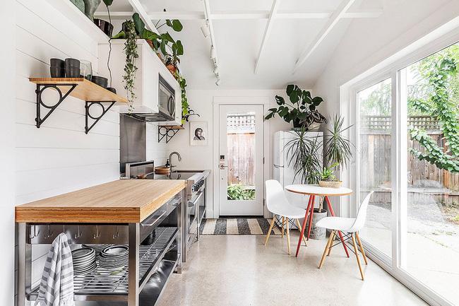 Cửa kính trượt kết nối nhà bếp với không gian ngoài trời như phong cách bãi biển mát mẻ