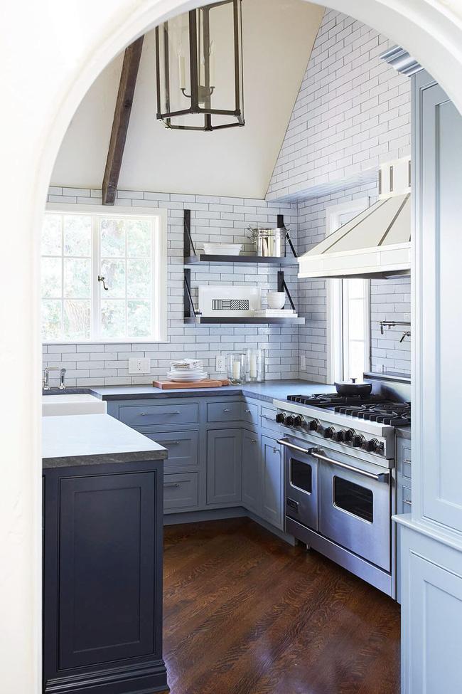 Mặc dù gạch trang trí là phổ biến nhất trong nhà bếp, nhưng chúng cũng có thể kéo dài đến tận trần nhà. Trong không gian do Catherine Kwong thiết kế, gạch trang trí bổ sung cho cả các yếu tố trang trọng, tinh vi cũng như các bộ phận giản dị và cực thân thiện trong nhà bếp.