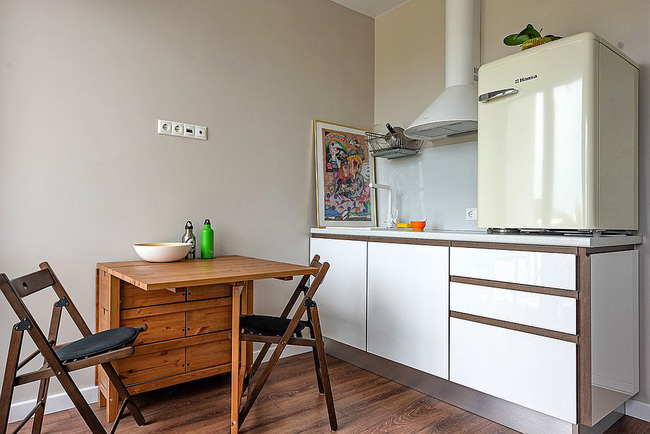 Bàn gấp kết hợp với ghế đôi bên trong nhà bếp nhỏ tạo thành khu vực ăn sáng thông minh