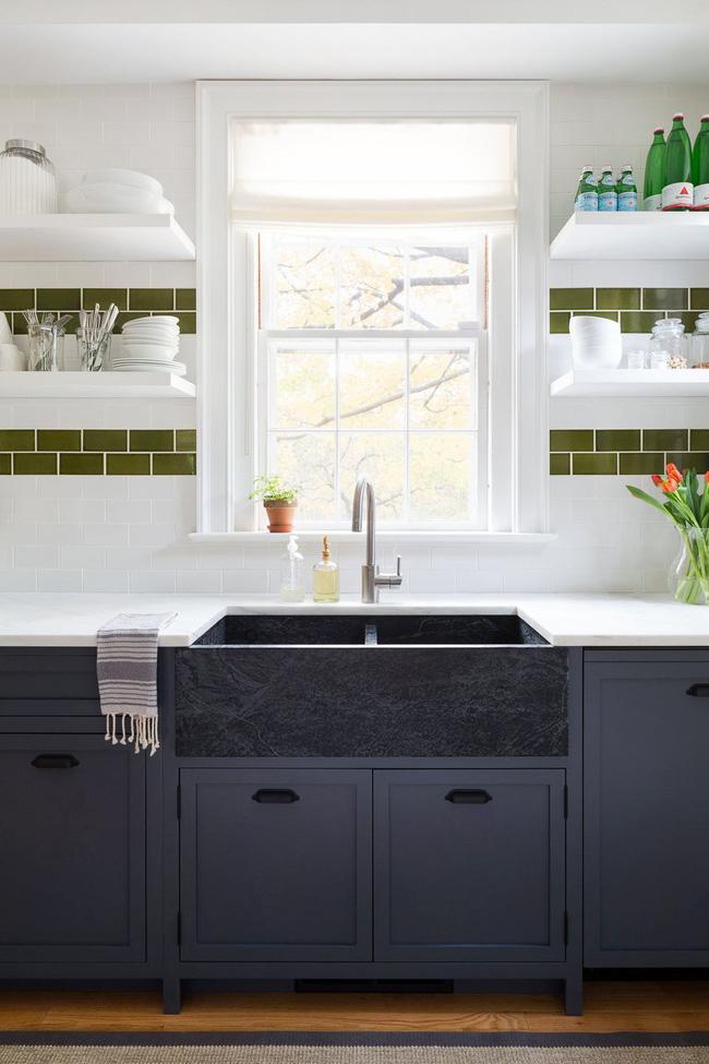 Gạch trang trí được sử dụng đầy tính sáng tạo. Tại đây, Chango & Co. đã tạo ra hai sọc màu xanh ô liu để thêm màu sắc và phá vỡ lớp phủ màu trắng. Chúng được đặt dưới các kệ lưu trữ màu trắng nên càng thêm bắt mắt.
