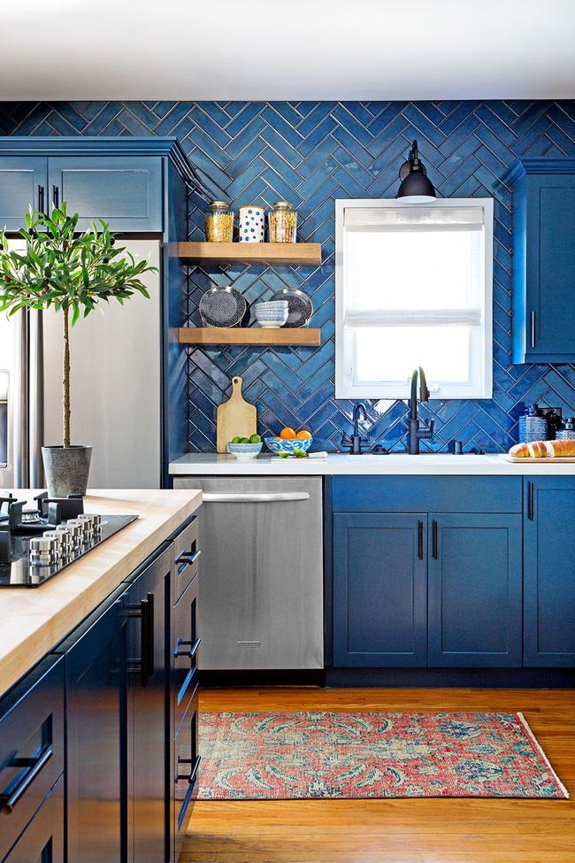 Đối với nhà bếp ở Los Angeles, kiến trúc sư Jenn Feldman Design đã chọn họa tiết chevron với màu gạch hải quân làm không gian mới lạ không ngờ.