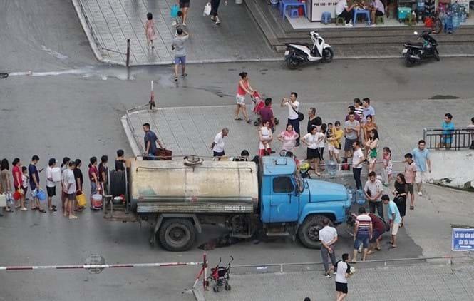 Sự cố nước sạch sông Đà khiến người dân Hà Nội lao đao. Ảnh: Tiền Phong