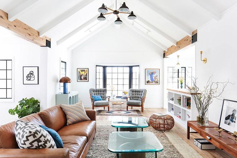 Nhưng phòng khách vẫn là không gian được yêu thích để áp dụng kiểu thiết kế trần cao này