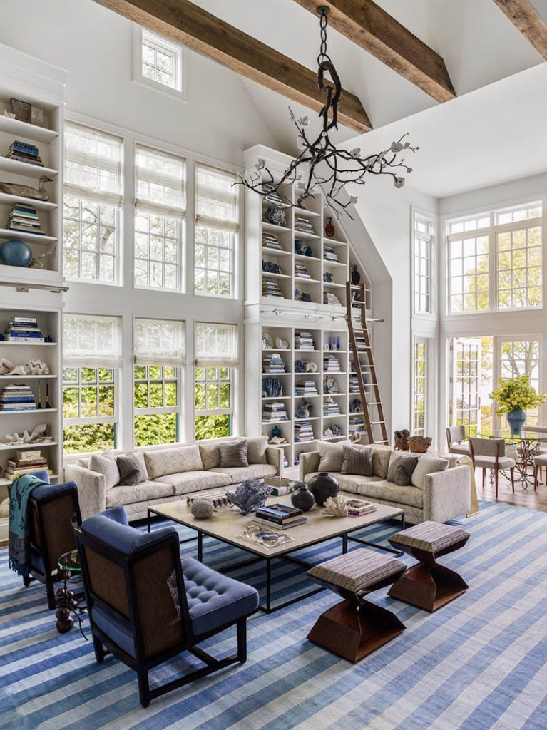 Thiết kế trần cao cũng đi kèm rất nhiều ý tưởng thiết kế hữu ích khác bên trong không gian sinh hoạt của gia đình, ví dụ như bạn có thể sở hữu những giá sách ấn tượng như thế này trong phòng khách