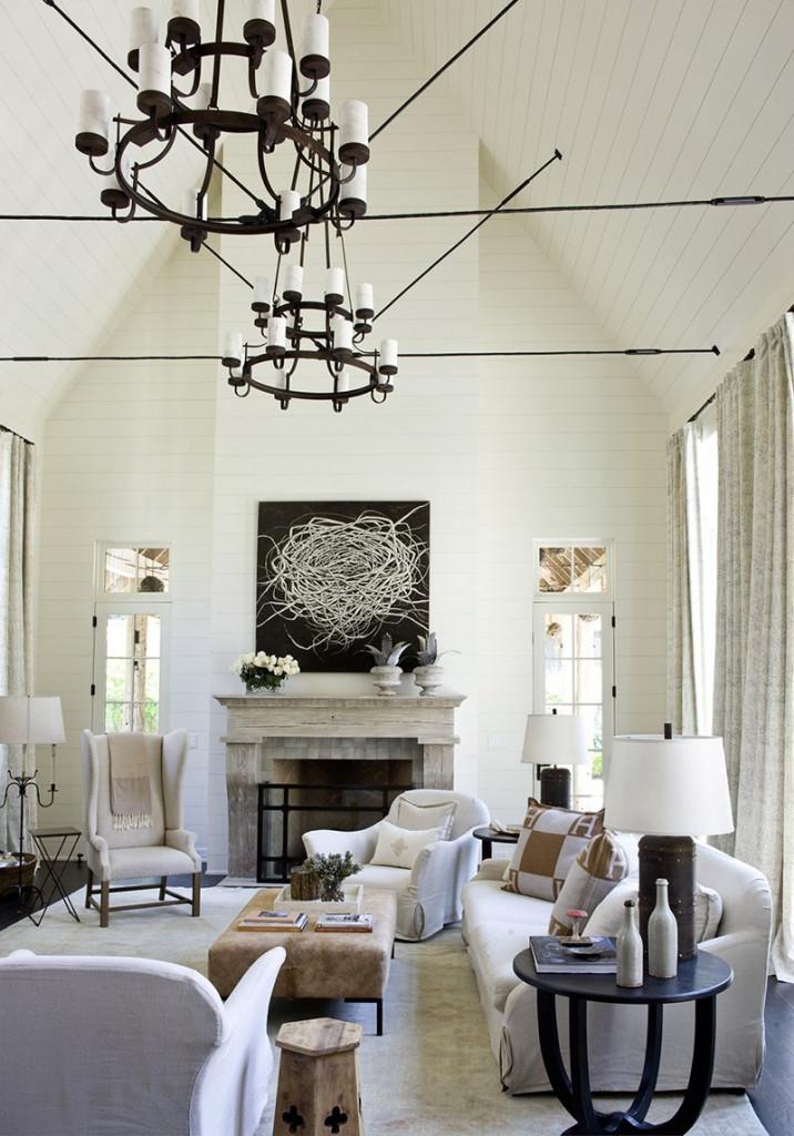 Để tạo sự cân đối trong trang trí, bạn nên lựa chọn những bức tranh treo tường có kích thước tương đối và điều này mang lại một điểm nhấn không thể bỏ qua trong căn phòng sinh hoạt của gia đình