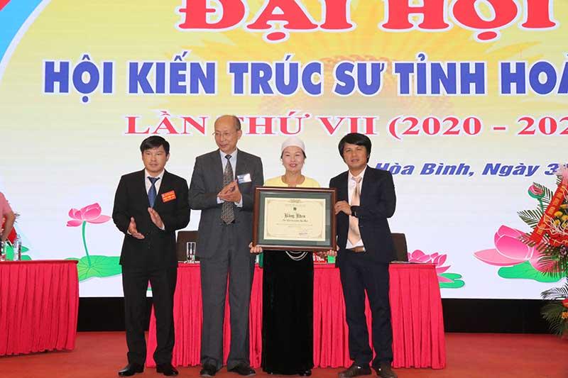 Lãnh đạo Hội KTS Việt Nam trao bằng khen cho các tập thể, cá nhân hội viên Hội KTS tỉnh Hoà Bình