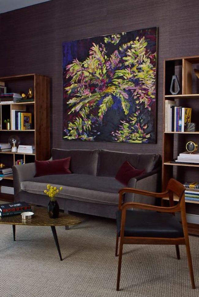 Đặt một tác phẩm nghệ thuật cỡ lớn ở giữa hai tủ sách khiến khu vực ngồi trang trọng hơn, như Studio DB đã làm ở đây. Nó sẽ tạo ra một cảm giác đối xứng đẹp và thiết lập tông màu hài hòa.