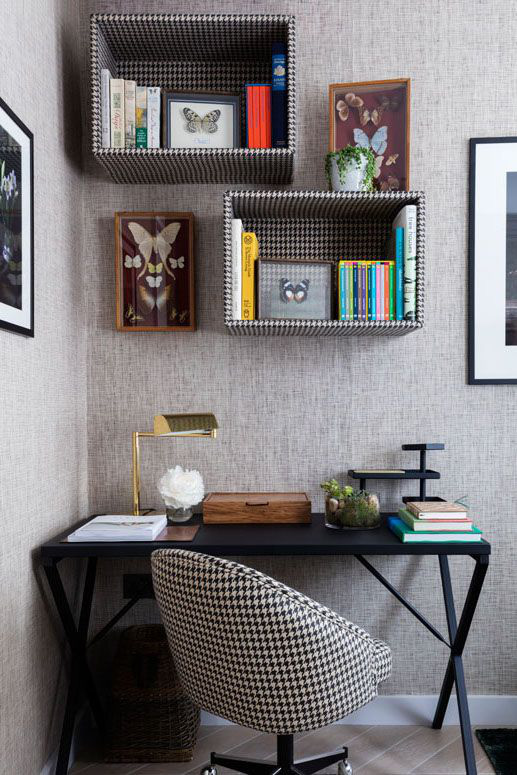 Để tạo không gian làm việc hoặc đọc sách gắn kết, hãy bọc các kệ đựng sách cùng một loại vải với chỗ ngồi của bạn