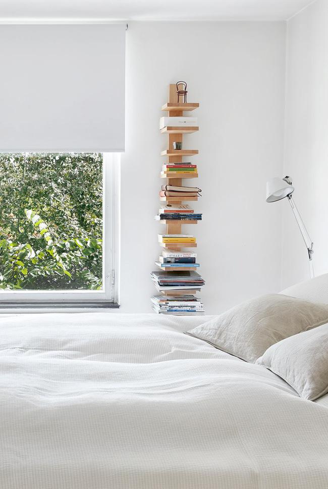 Nhỏ gọn và không được trang bị đầy đủ, kệ dọc này làm cho những cuốn sách trông giống như chúng nổi trên tường siêu ấn tượng