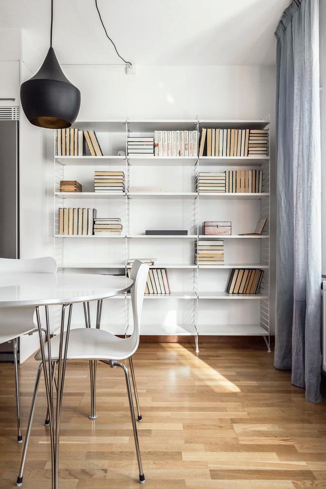 Các cuốn sách được xếp chồng lên nhau trong các bố cục xen kẽ, một chồng đặt theo chiều ngang và các cọc khác theo chiều dọc