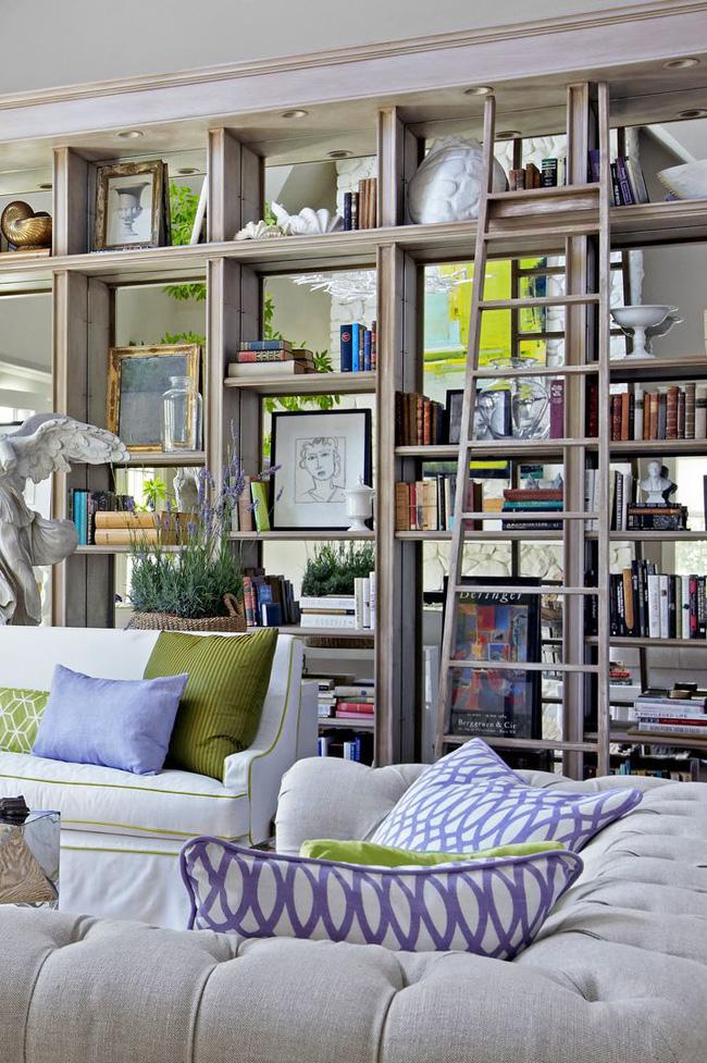 Trong một ngôi nhà ở California được thiết kế bởi Stephen Shubel, những chiếc gương được lắp dọc theo mặt sau của giá đỡ tích hợp mang lại chiều sâu cho bức tường