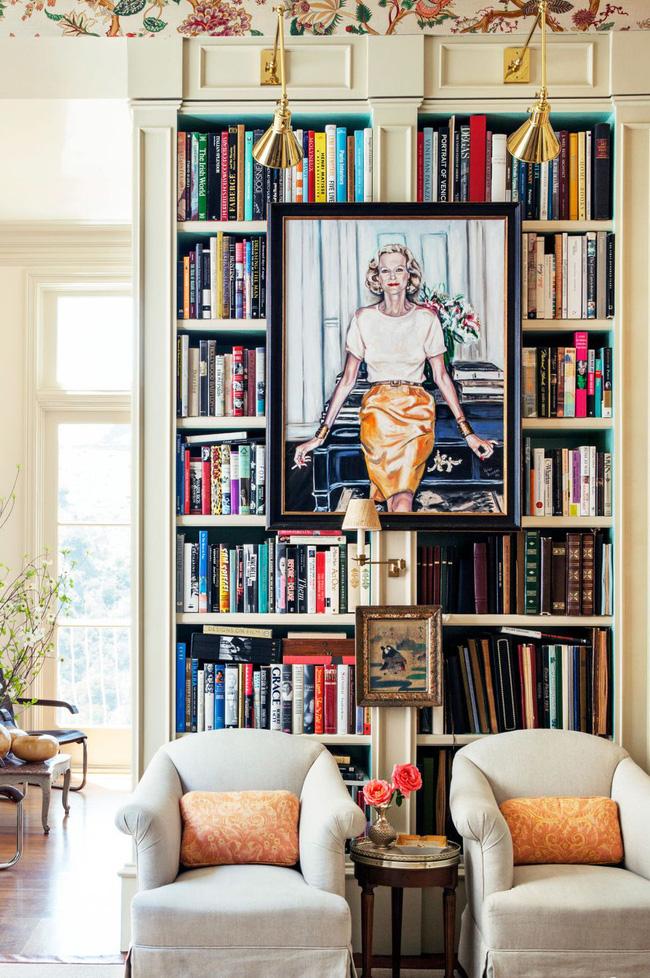 Căn phòng khách này hơi thiếu điểm nhấn, vì vậy chủ nhà quyết định làm cho giá sách trở nên ấn tượng hơn bằng cách treo thêm tranh chân dung