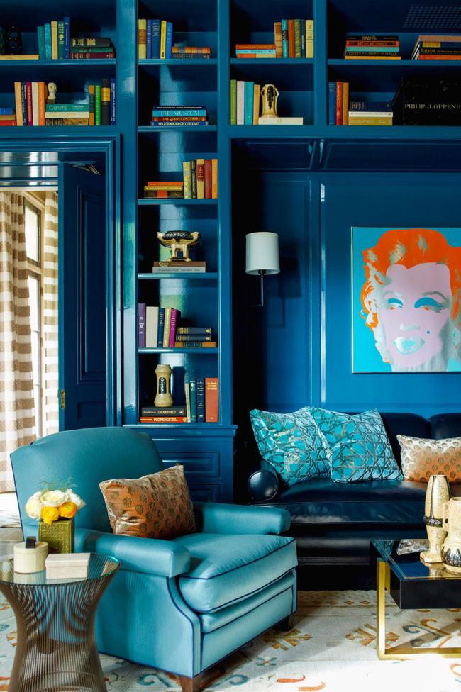 Giá sách sơn mài màu xanh da trời mang đến chiều sâu và sự phong phú cho thư viện