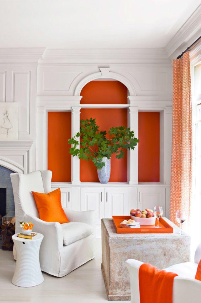 Sơn màu cam làm tủ sách hiện lên nổi bật trong phòng khách của một ngôi nhà ở Atlanta