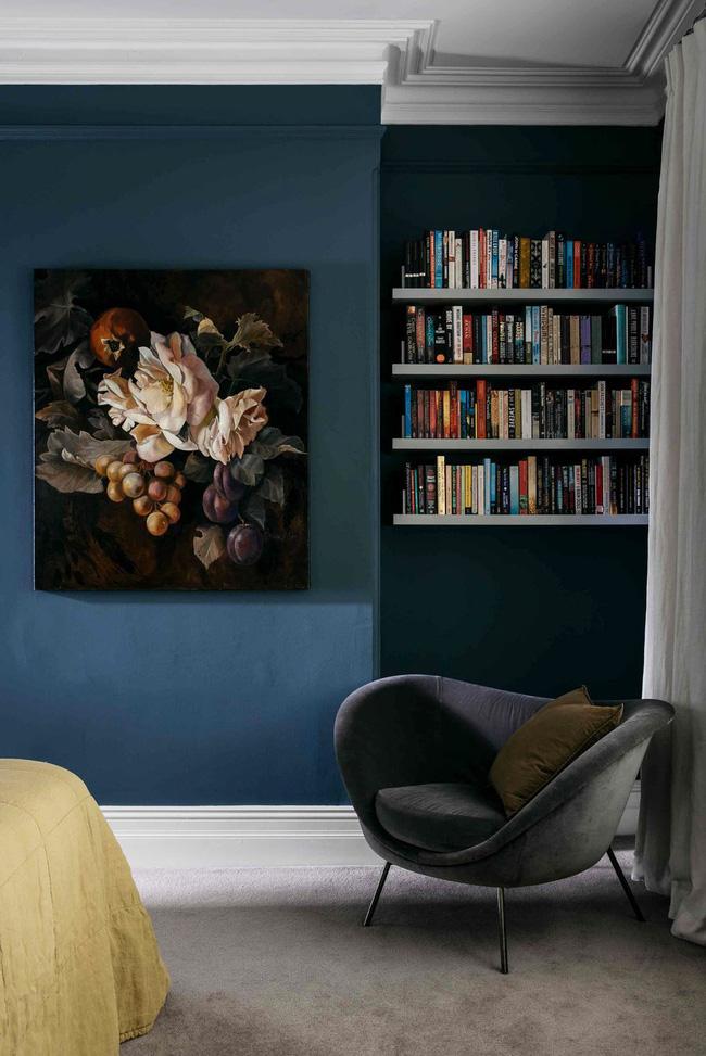 Nếu bạn có một góc đọc sách trong phòng ngủ, hãy để sách của bạn trong tầm với bằng cách thiết lập các hàng kệ nổi