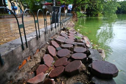 Kè xung quanh hồ Hoàn Kiếm xuống cấp nghiêm trọng. Ảnh: VOV