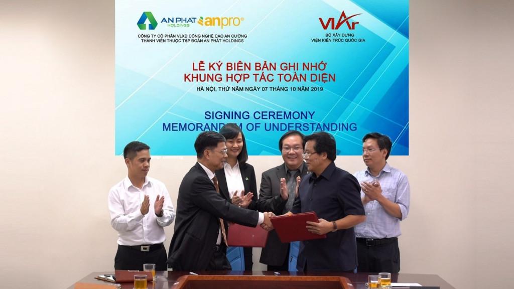 Ông Mai Văn Đông – Tổng Giám đốc Công ty CP VLXD Công nghệ cao An Cường và ông Đặng Tiên Phong - Phó Viện trưởng Viện Kiến trúc Quốc gia đại diện 2 đơn vị ký kết biên bản hợp tác toàn diện