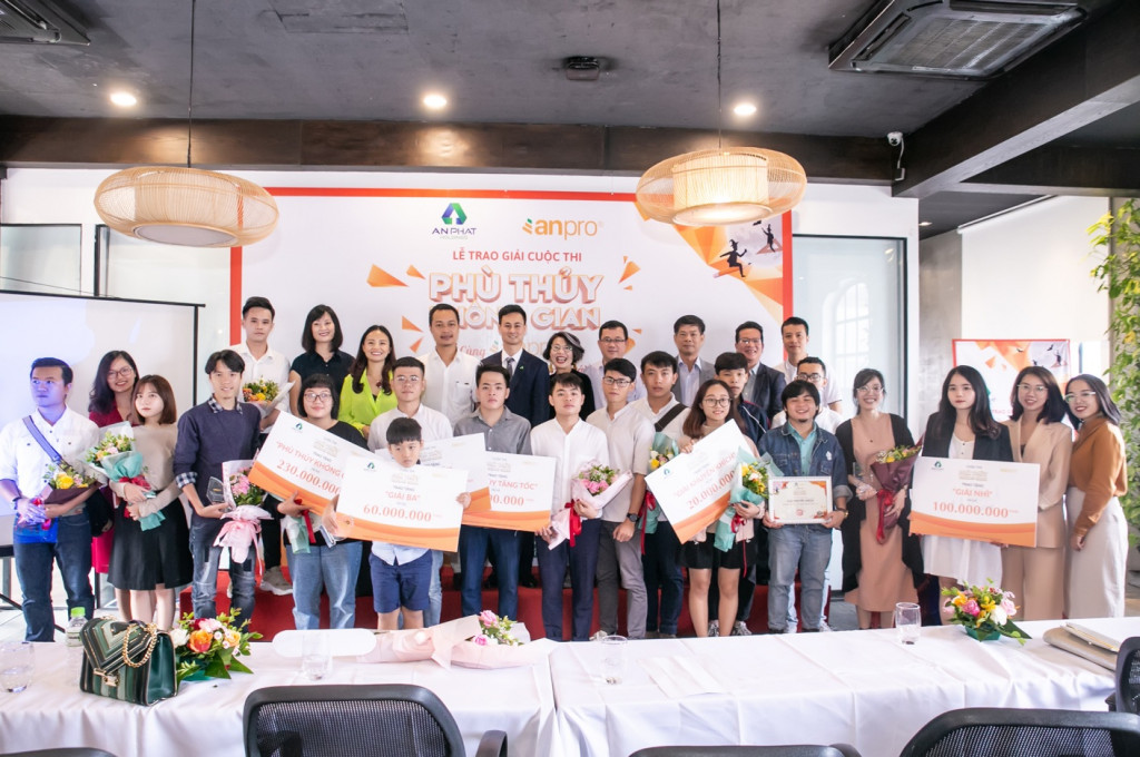 Các thí sinh đoạt giải cùng ban giám khảo và nhà tổ chức cuộc thi chụp ảnh lưu niệm
