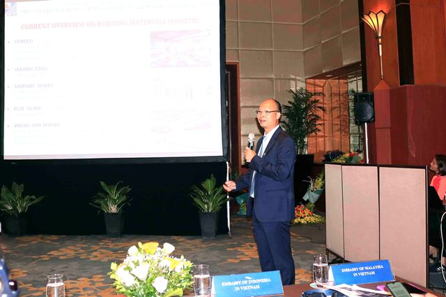 Viện trưởng Viện VLXD Lê Trung Thành trình bày tham luận tại Hội thảo