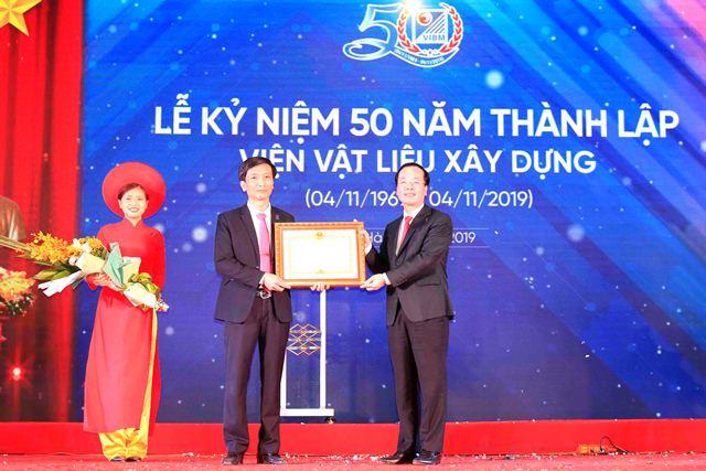 Thừa ủy quyền của Thủ tướng Chính phủ, Bộ trưởng Phạm Hồng Hà trao Bằng khen của Thủ tướng Chính phủ  cho Phó Viện trưởng Nguyễn Văn Huynh