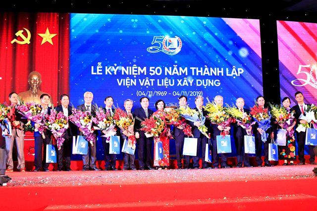 Thay mặt lãnh đạo Bộ Xây dựng, Thứ trưởng Nguyễn Văn Sinh vinh danh các tác giả, chủ nhiệm đề tài có nhiều đóng góp trong công tác nghiên cứu khoa học của Viện Vật liệu xây dựng