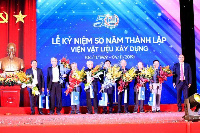 Nhân kỷ niệm 50 năm Ngày thành lập Viện, Viện trưởng Lê Trung Thành tặng quà tri ân  các lãnh đạo, cán bộ viên chức Viện qua các thời kỳ