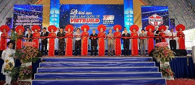 Thứ trưởng Bùi Phạm Khánh cùng các khách mời cắt băng khai mạc Vietbuil 2019 TP Hồ Chí Minh