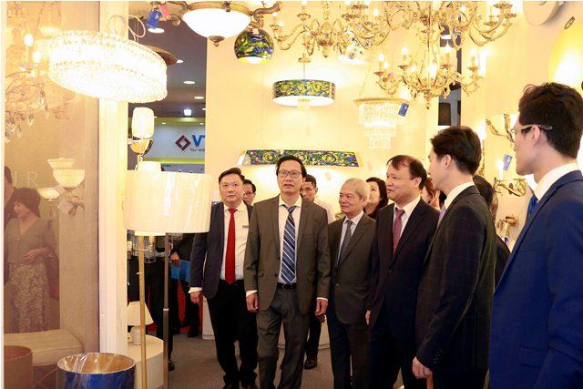 Các đại biểu thăm quan các gian hàng Triển lãm