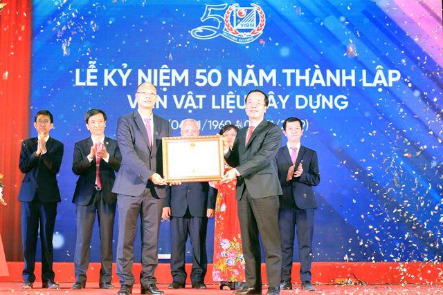 Thừa ủy quyền của Thủ tướng Chính phủ, Bộ trưởng Phạm Hồng Hà trao Bằng khen của Thủ tướng Chính phủ cho Viện Vật liệu xây dựng