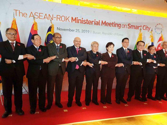 Trưởng đoàn đại biểu các nước tham dự Hội nghị Bộ trưởng ASEAN - Hàn Quốc về đô thị thông minh chụp ảnh lưu niệm