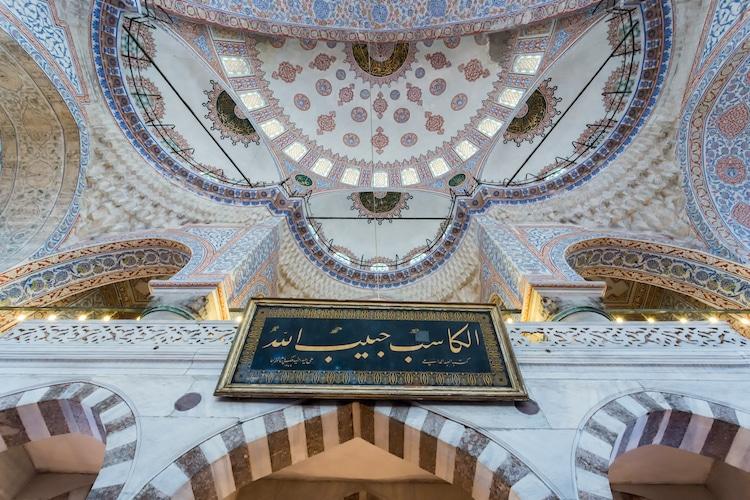 Nội thất Nhà thờ Hồi giáo Sultan Ahmed (Ảnh: dade72 qua Shutterstock)