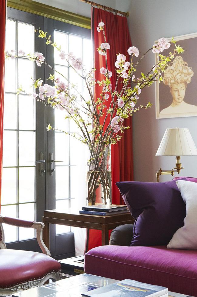 Lấp đầy một không gian trống với sự sắp xếp cao chót vót, giống như nhóm hoa anh đào trong không gian đầy màu sắc này.
