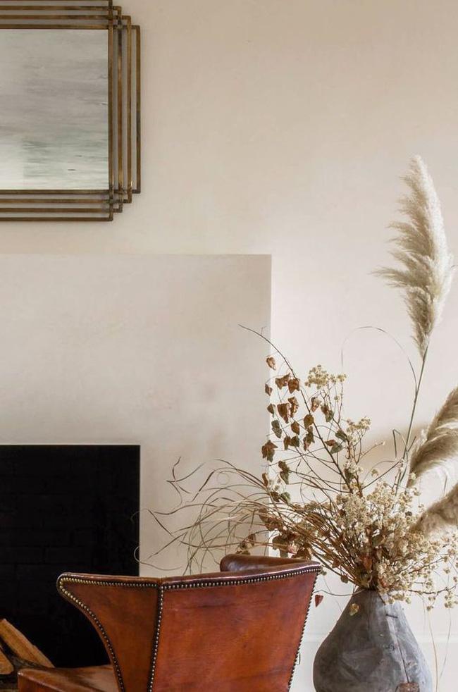 Nếu bạn không thích hoa vì chúng chết nhanh, thay vào đó hãy trang trí bằng hoa khô và cây. Cỏ Pampas là một lựa chọn đặc biệt đáng yêu. Nó toát lên sự rung cảm mát mẻ đặc trưng của California nhưng vẫn phù hợp với bảng màu trung tính, hiện đại, làm cho nó hoàn hảo để trang trí nhà.