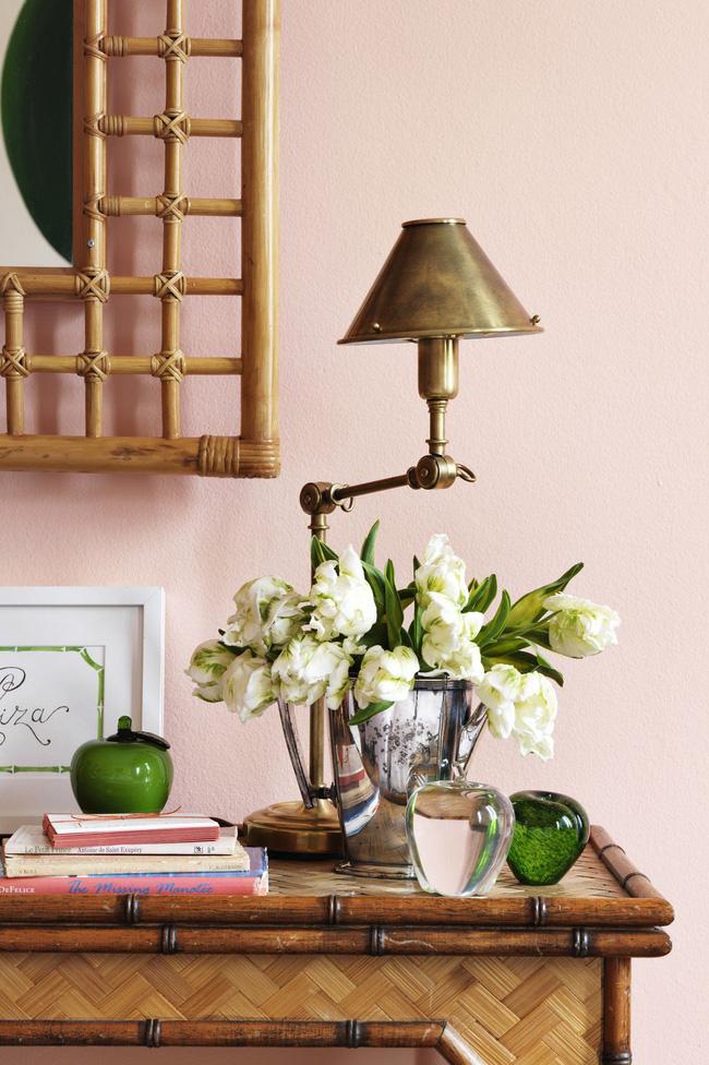 Bó hoa mang sắc màu trung tính có thể bổ sung cho một bối cảnh tươi sáng. Trong một phòng ngủ ở Palm Beach được vẽ Salmon Peach của Benjamin Moore, hoa tulip trắng cũng có những điểm nhấn bên cạnh màu xanh táo ấn tượng.