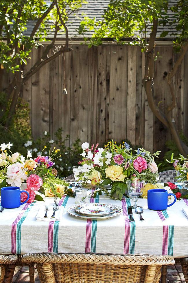 Nhà thiết kế Heather Taylor đã tái tạo họa tiết trên những chiếc đĩa với những bó hoa của bữa tiệc trong vườn. Ngay cả khi khách không chú ý đến đồ dùng cắm hoa, chúng vẫn là chi tiết rất đáng yêu tạo tính đối xứng cho lọ cắm.