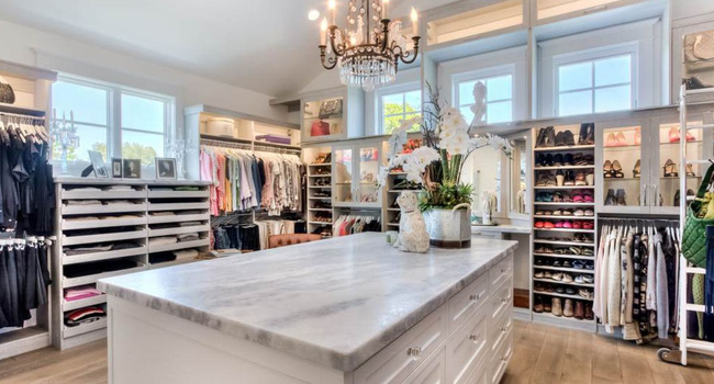 Cũng giống như nhà bếp, tủ quần áo không cửa ngăn và phòng thay đồ có thể có bàn đảo làm trung tâm. Một bàn đảo nhỏ như này có thể cung cấp thêm dung lượng lưu trữ như đồ trang sức, phụ kiện nhỏ…